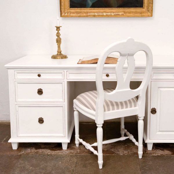 Gustaviansk skrivebord med skuffer og skap